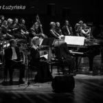 od lewej: Jerzy Zelnik, Małgorzata Kożuchowska, Włodek Pawlik, Cezary Konrad, Paweł Pańta, Polski Chór Kameralny Schola Cantorum Gedanensis