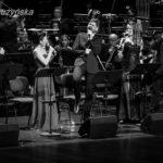 """od lewej: Marek Bałata, Natalia Wilk, Łukasz Jemioła, Margo, Michał Dembiński, Elwira Janasik w finałowym utworze """"Wsiądź do Barki"""""""