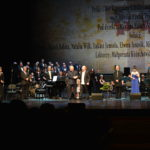 fot. mjr Robert Siemaszko/ CO MON - ks. dr Andrzej Chibowski - pomysłodawca projektu gratuluje kompozytorowi Włodkowi Pawlikowi